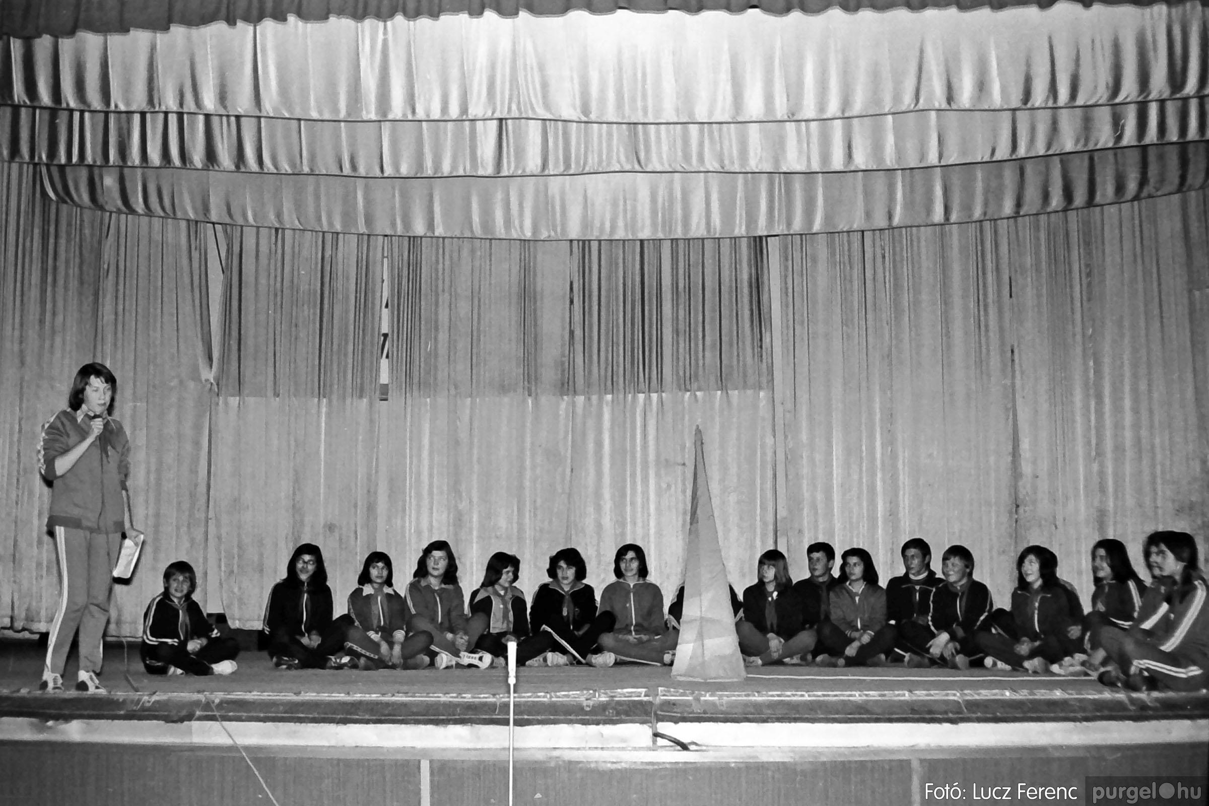 033. 1976. Diákrendezvény a kultúrházban 018 - Fotó: Lucz Ferenc.jpg