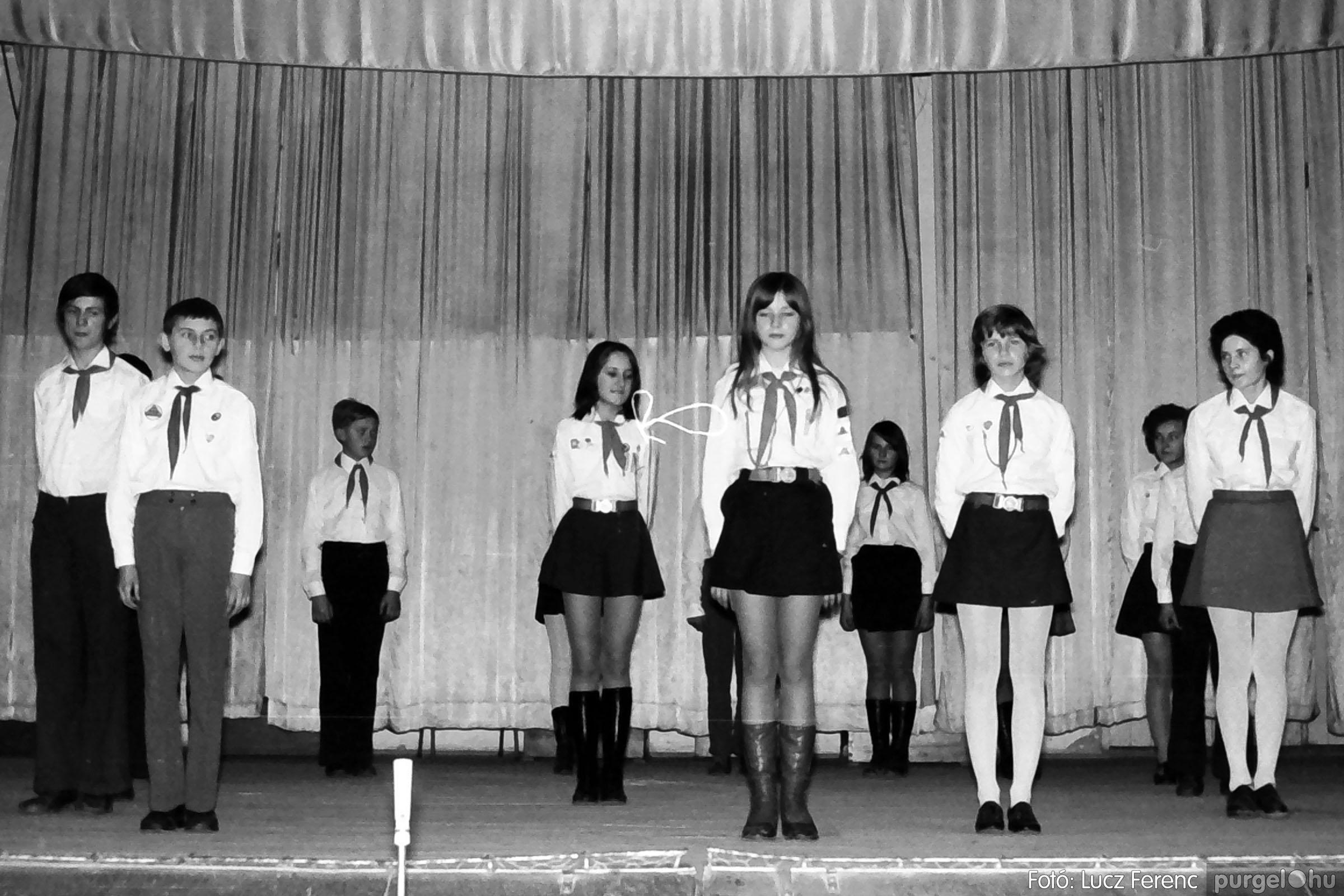 033. 1976. Diákrendezvény a kultúrházban 017 - Fotó: Lucz Ferenc.jpg