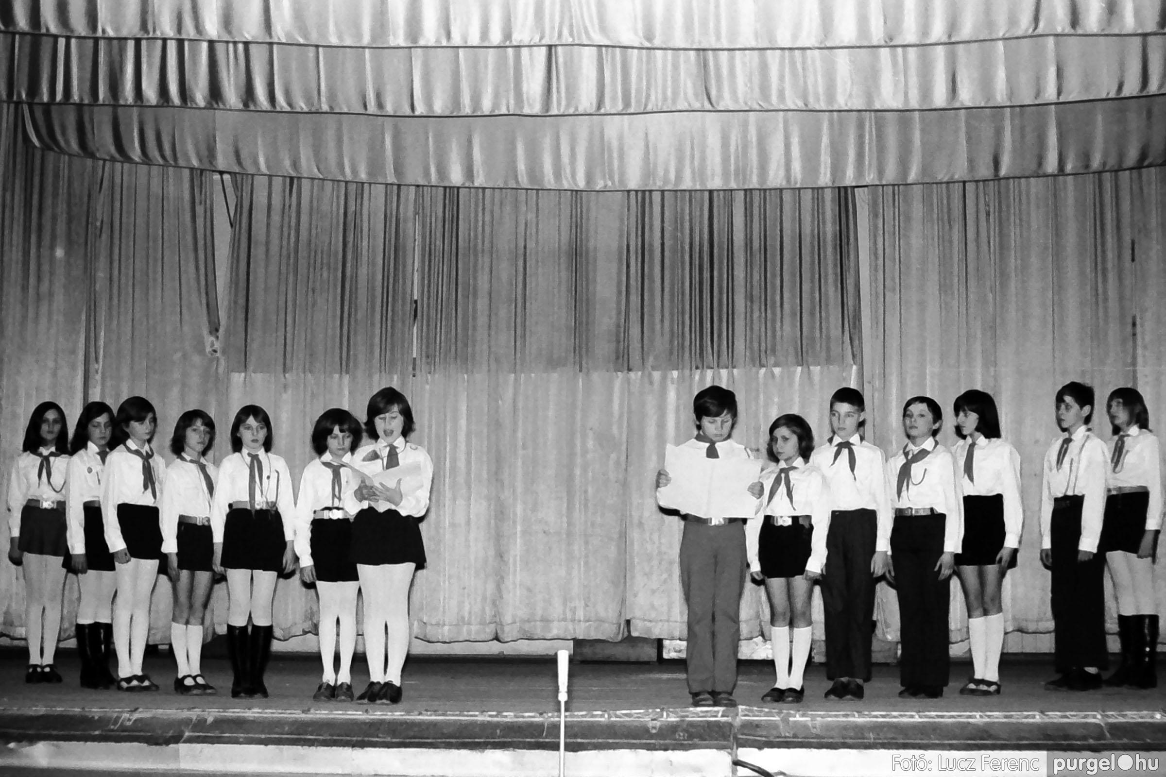 033. 1976. Diákrendezvény a kultúrházban 013 - Fotó: Lucz Ferenc.jpg