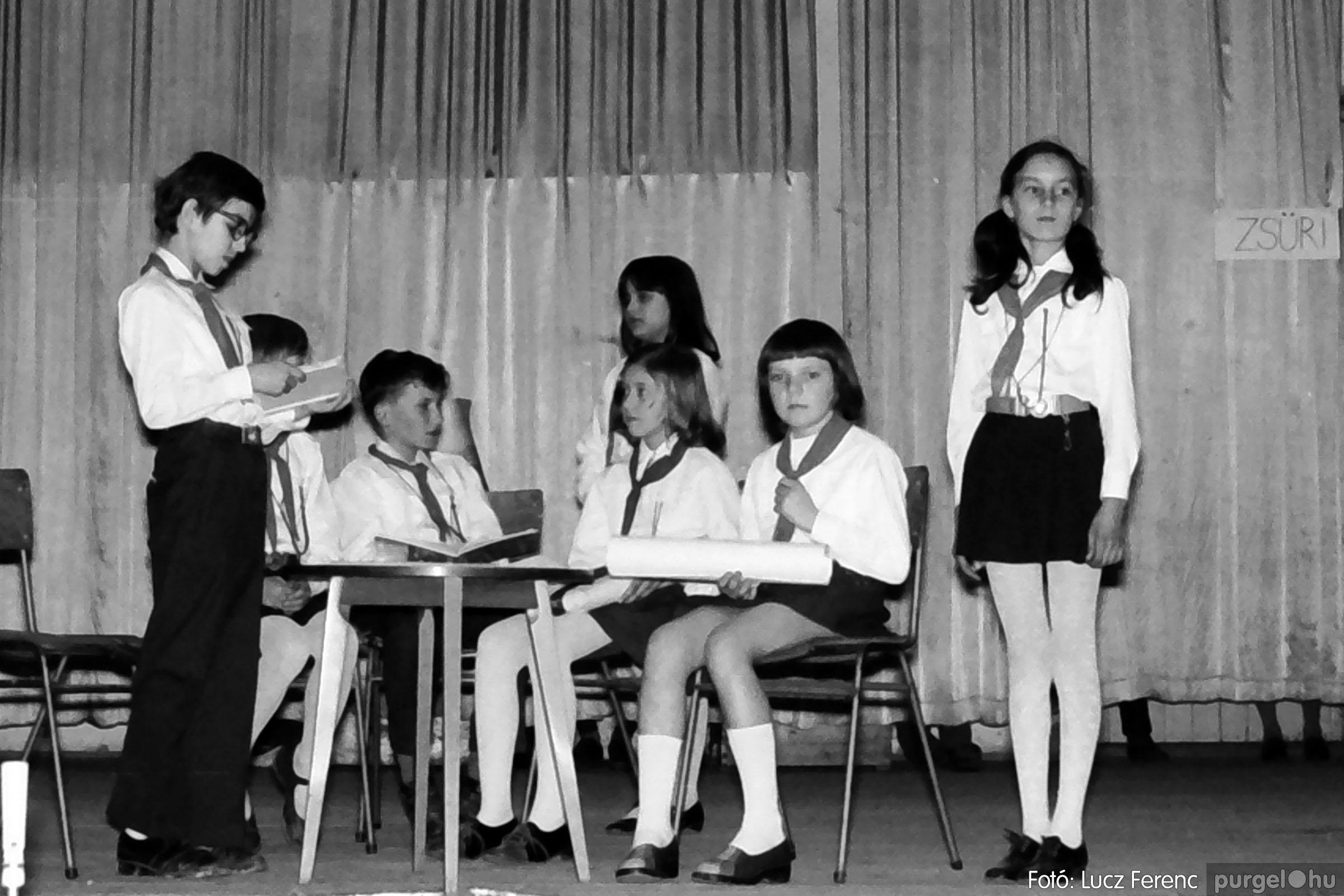 033. 1976. Diákrendezvény a kultúrházban 011 - Fotó: Lucz Ferenc.jpg