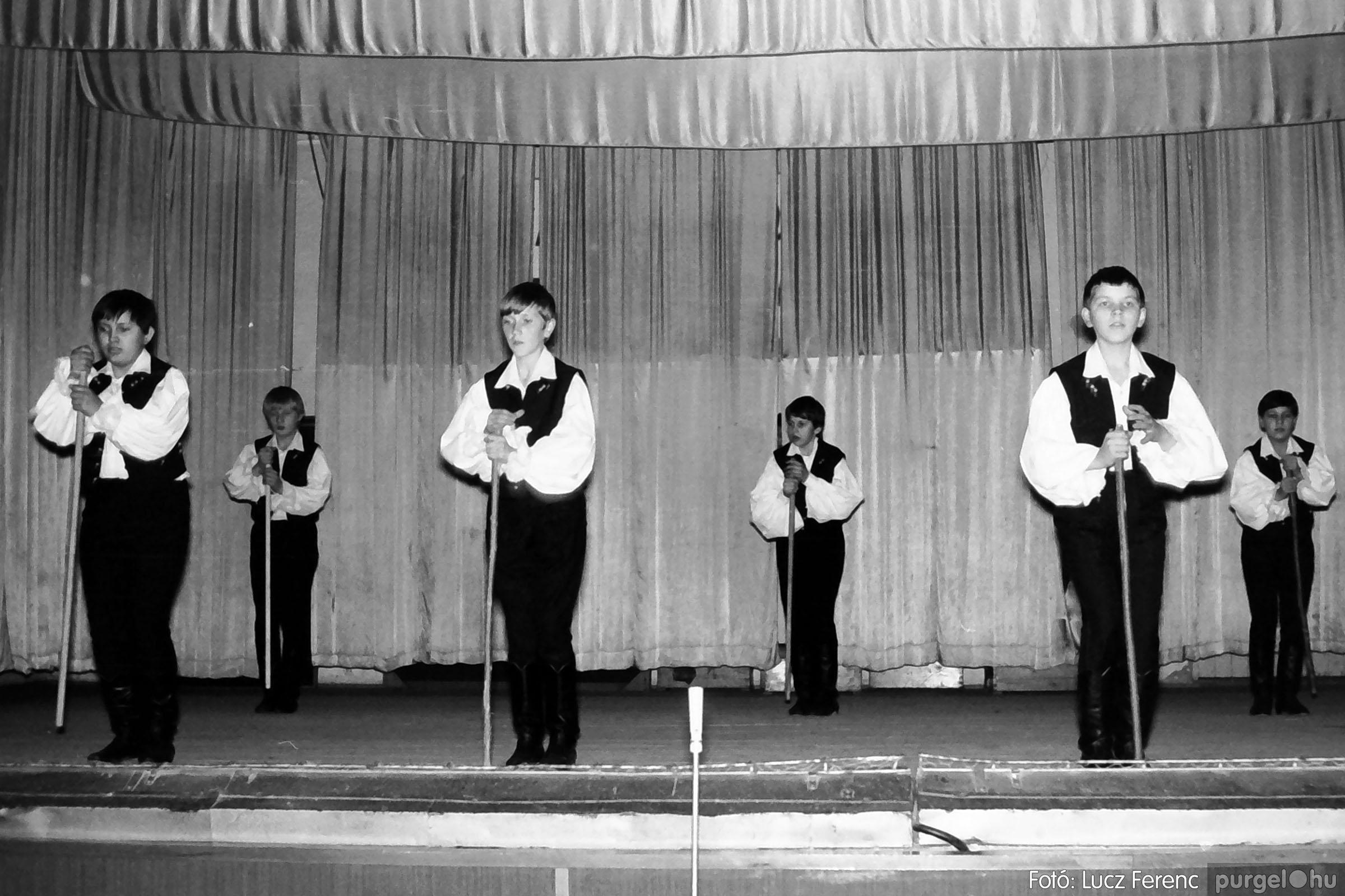 033. 1976. Diákrendezvény a kultúrházban 009 - Fotó: Lucz Ferenc.jpg