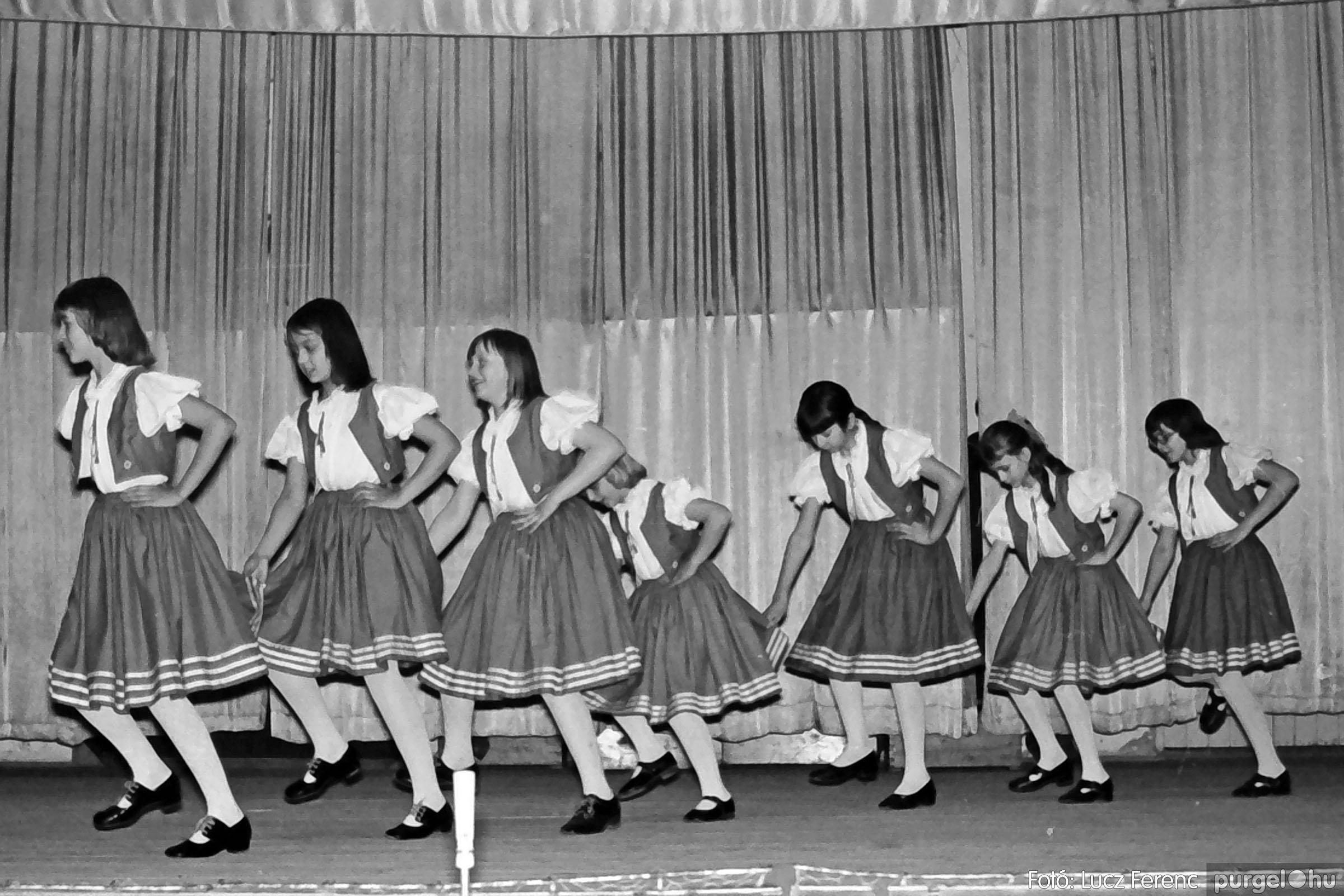 033. 1976. Diákrendezvény a kultúrházban 008 - Fotó: Lucz Ferenc.jpg