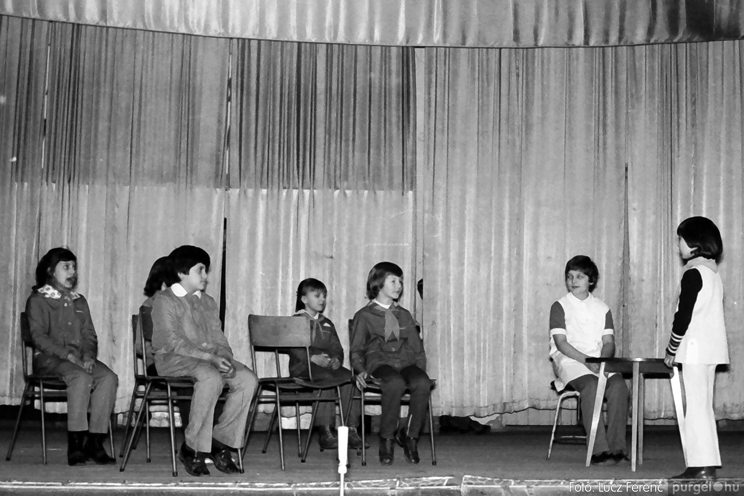 033. 1976. Diákrendezvény a kultúrházban 004 - Fotó: Lucz Ferenc.jpg