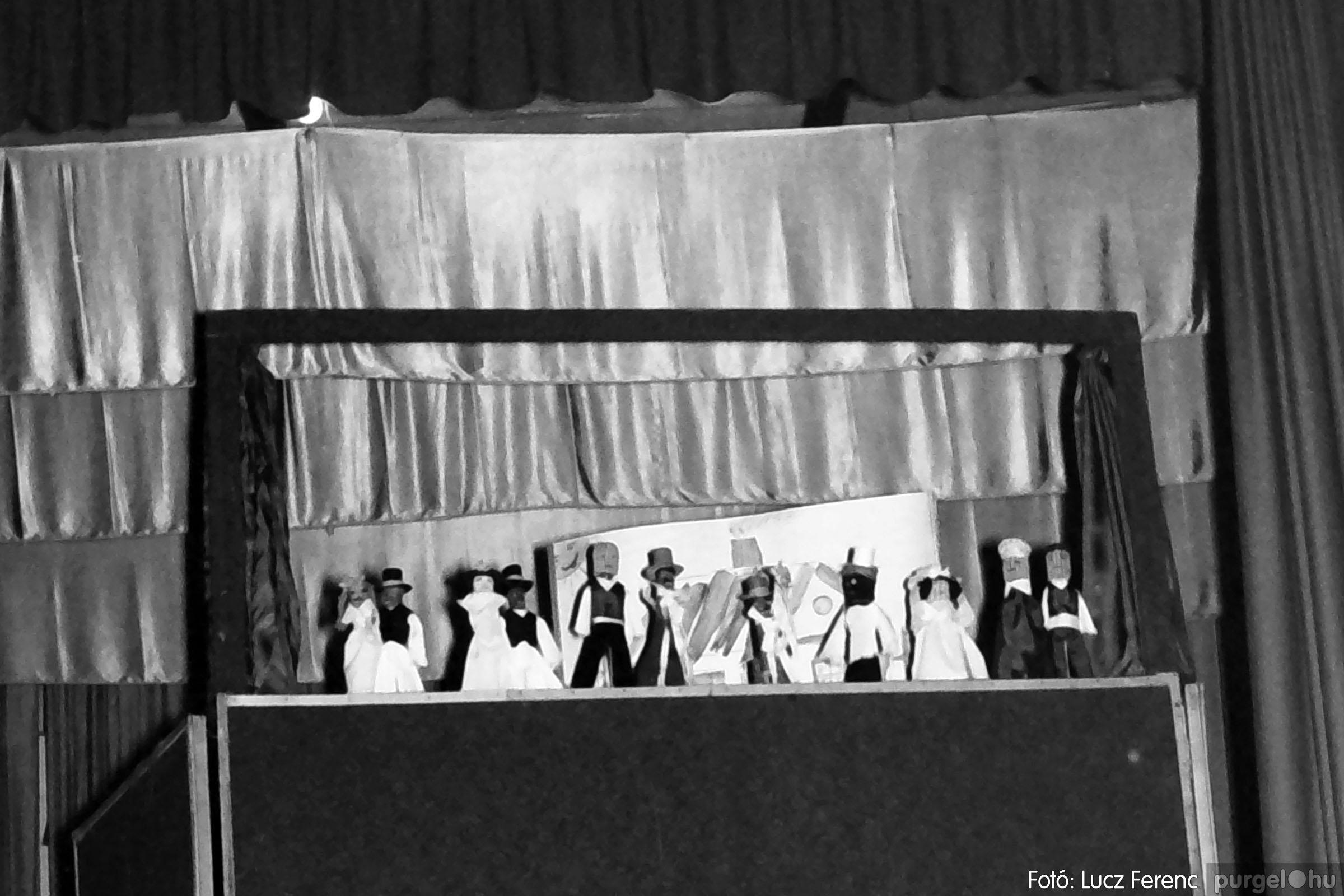 033. 1976. Diákrendezvény a kultúrházban 001 - Fotó: Lucz Ferenc.jpg
