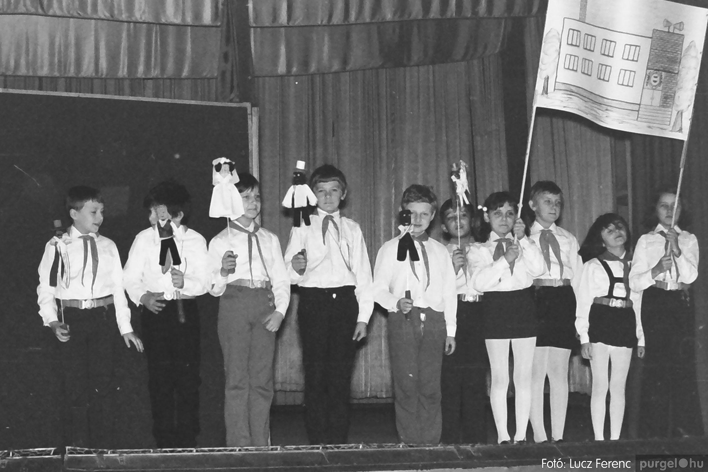 033. 1976. Diákrendezvény a kultúrházban 002 - Fotó: Lucz Ferenc.jpg