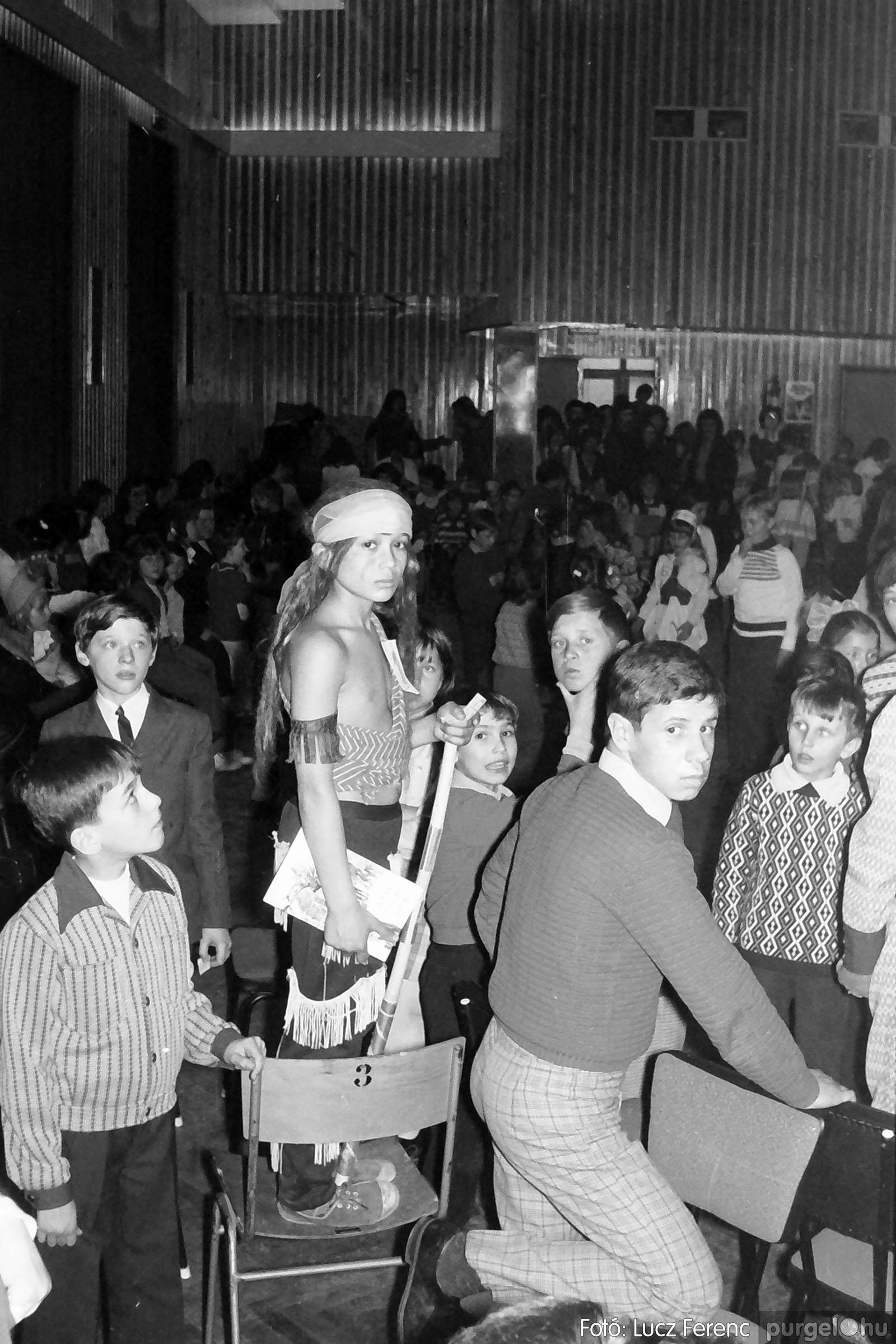 035. 1976. Iskolai farsang a kultúrházban 030 - Fotó: Lucz Ferenc.jpg
