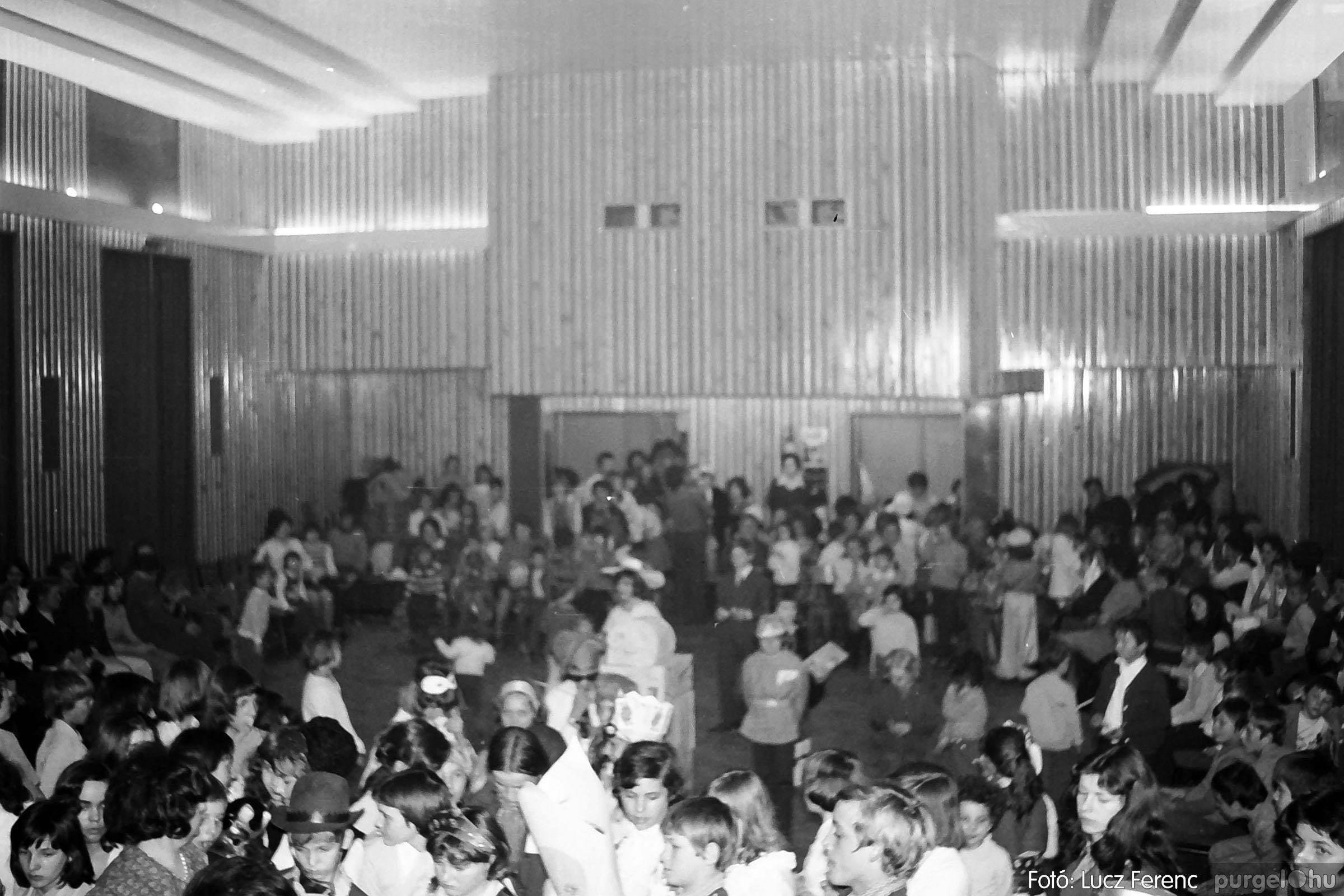 035. 1976. Iskolai farsang a kultúrházban 028 - Fotó: Lucz Ferenc.jpg