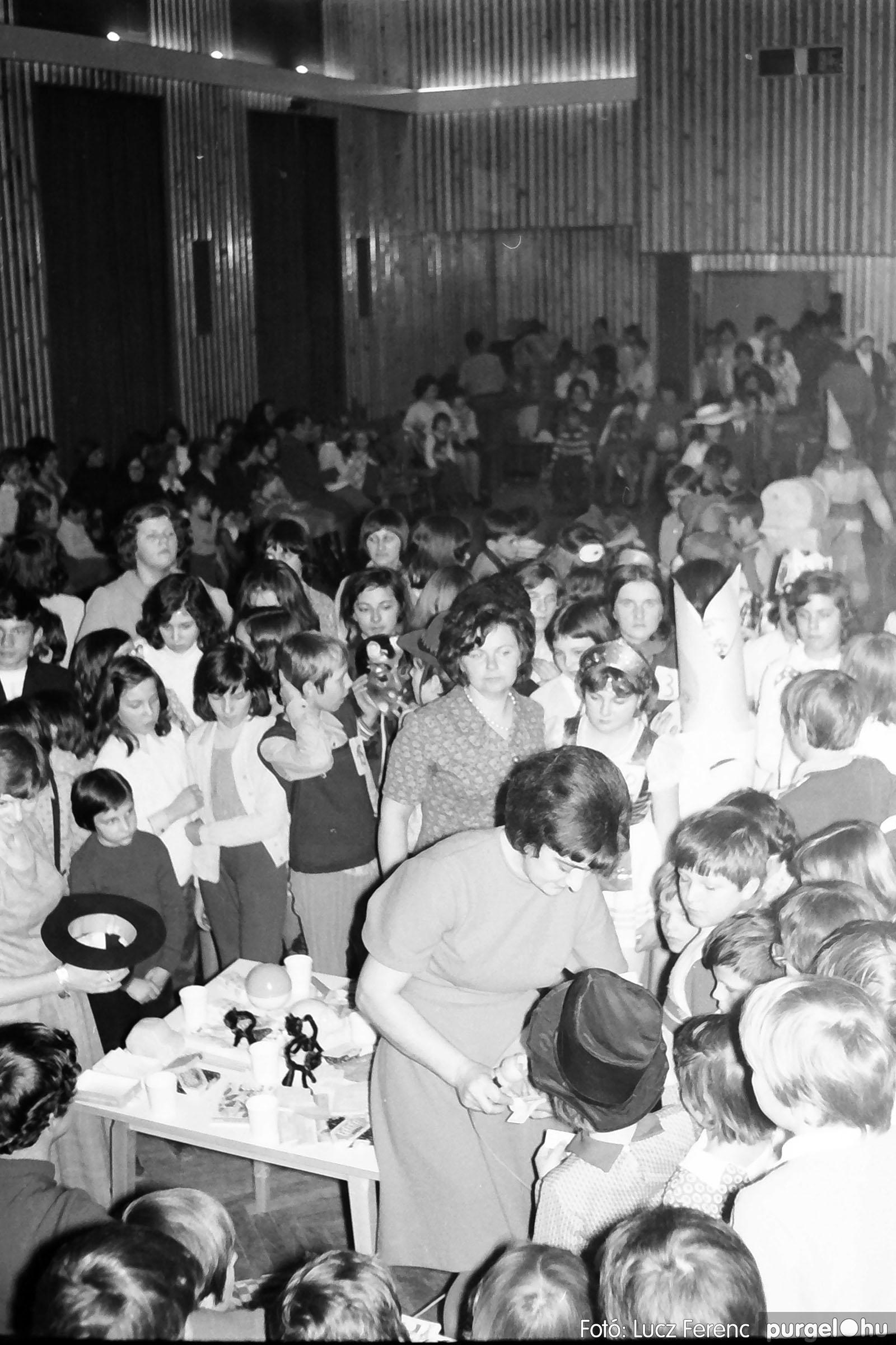 035. 1976. Iskolai farsang a kultúrházban 027 - Fotó: Lucz Ferenc.jpg
