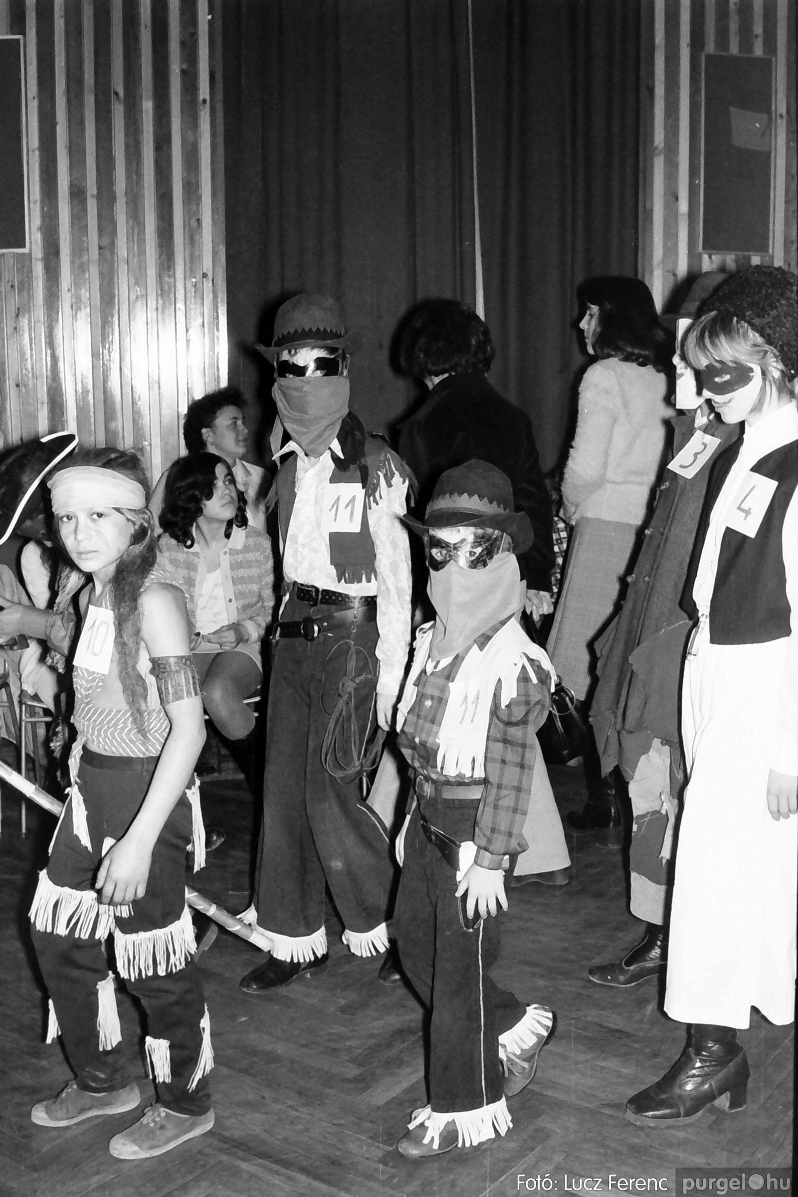 035. 1976. Iskolai farsang a kultúrházban 010 - Fotó: Lucz Ferenc.jpg
