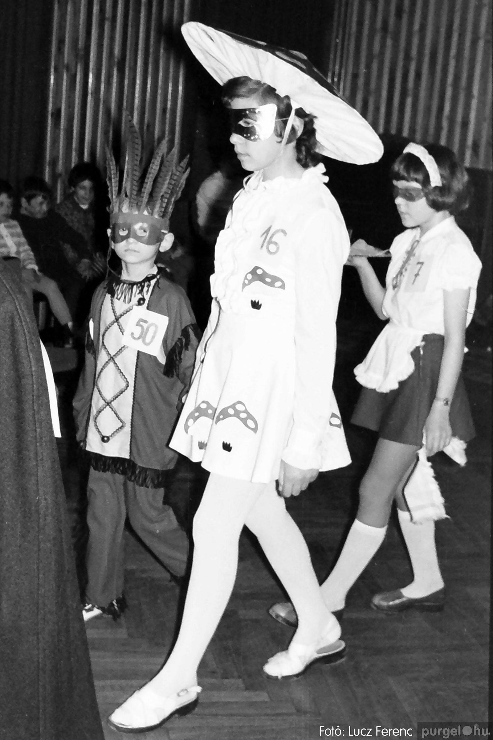 035. 1976. Iskolai farsang a kultúrházban 008 - Fotó: Lucz Ferenc.jpg