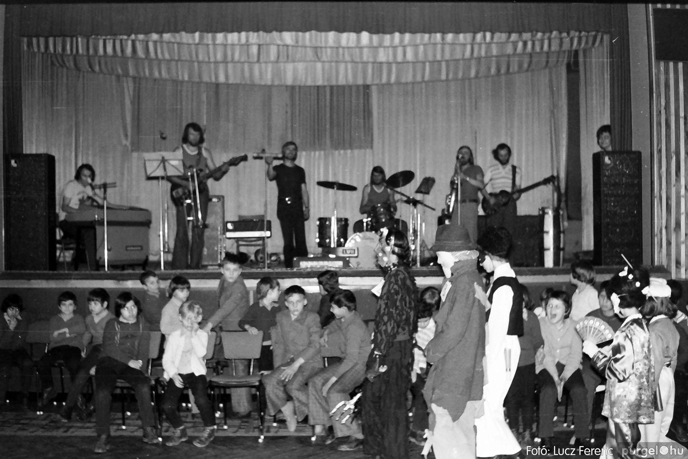 035. 1976. Iskolai farsang a kultúrházban 006 - Fotó: Lucz Ferenc.jpg
