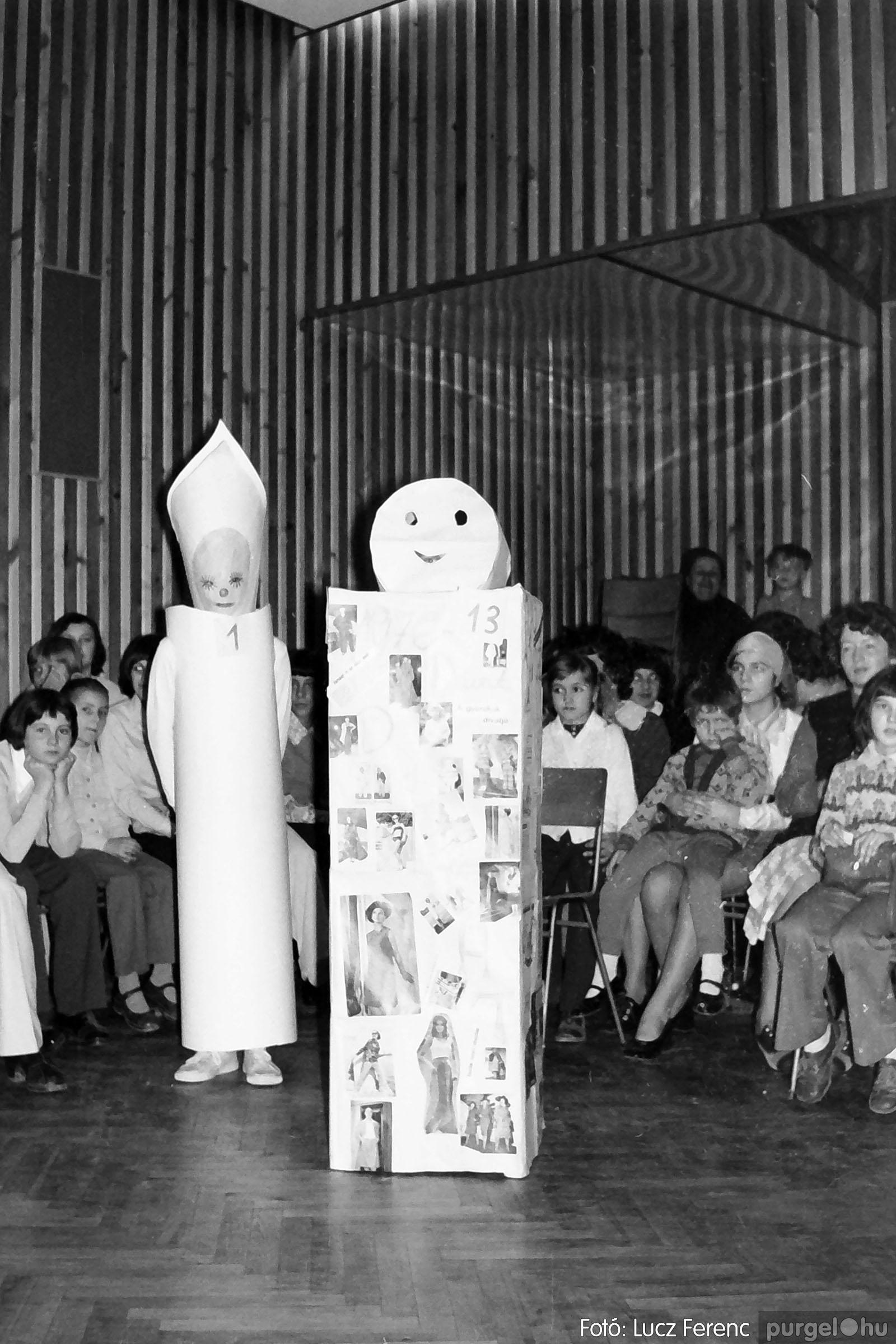 035. 1976. Iskolai farsang a kultúrházban 005 - Fotó: Lucz Ferenc.jpg