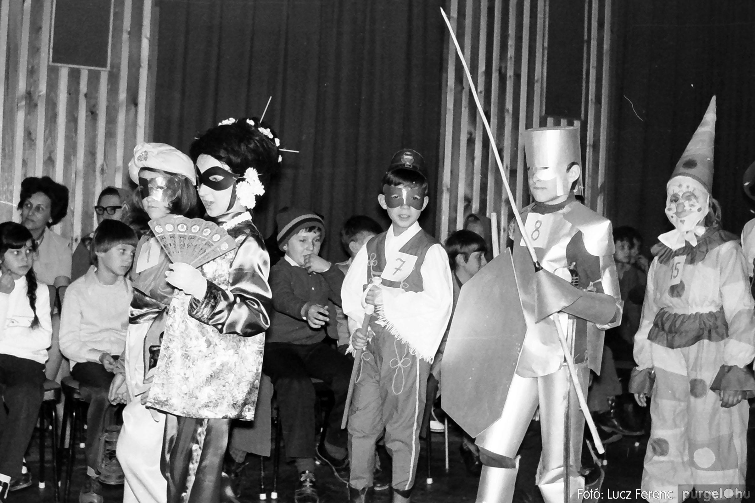 035. 1976. Iskolai farsang a kultúrházban 002 - Fotó: Lucz Ferenc.jpg