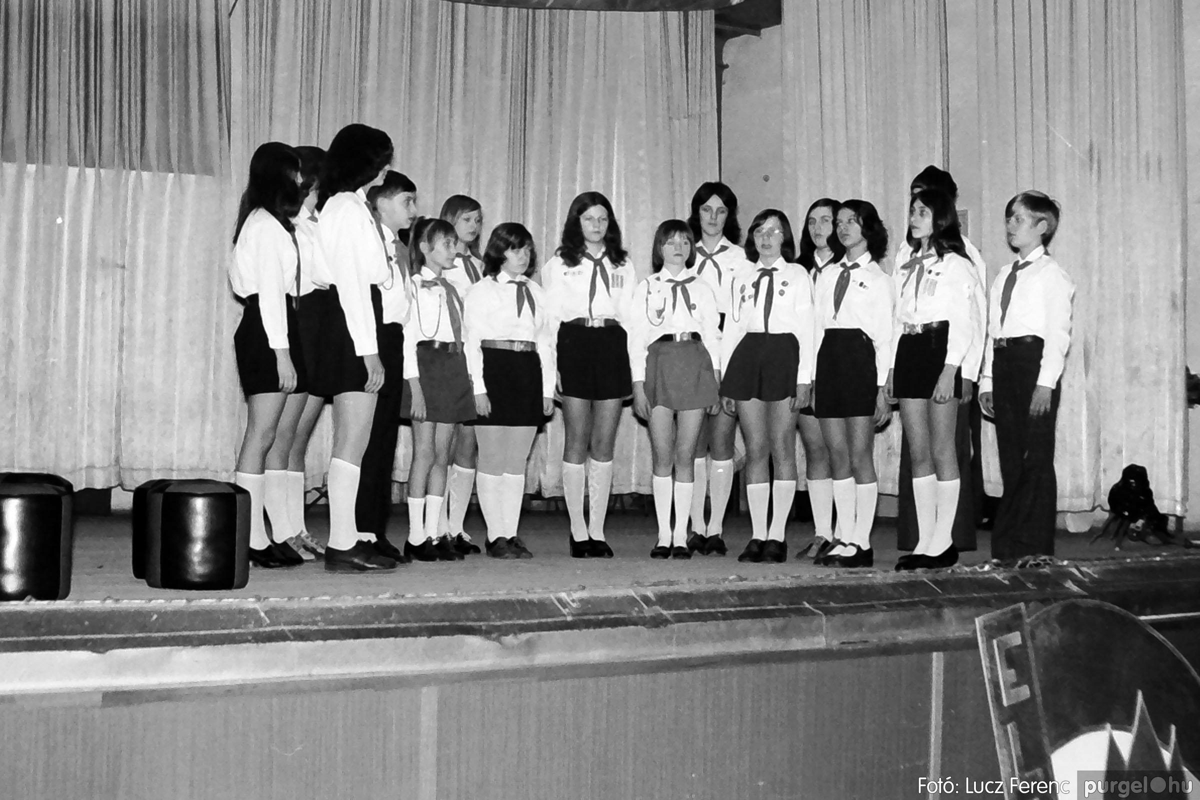 036-037. 1976. Diákprogram a kultúrházban 017 - Fotó: Lucz Ferenc.jpg