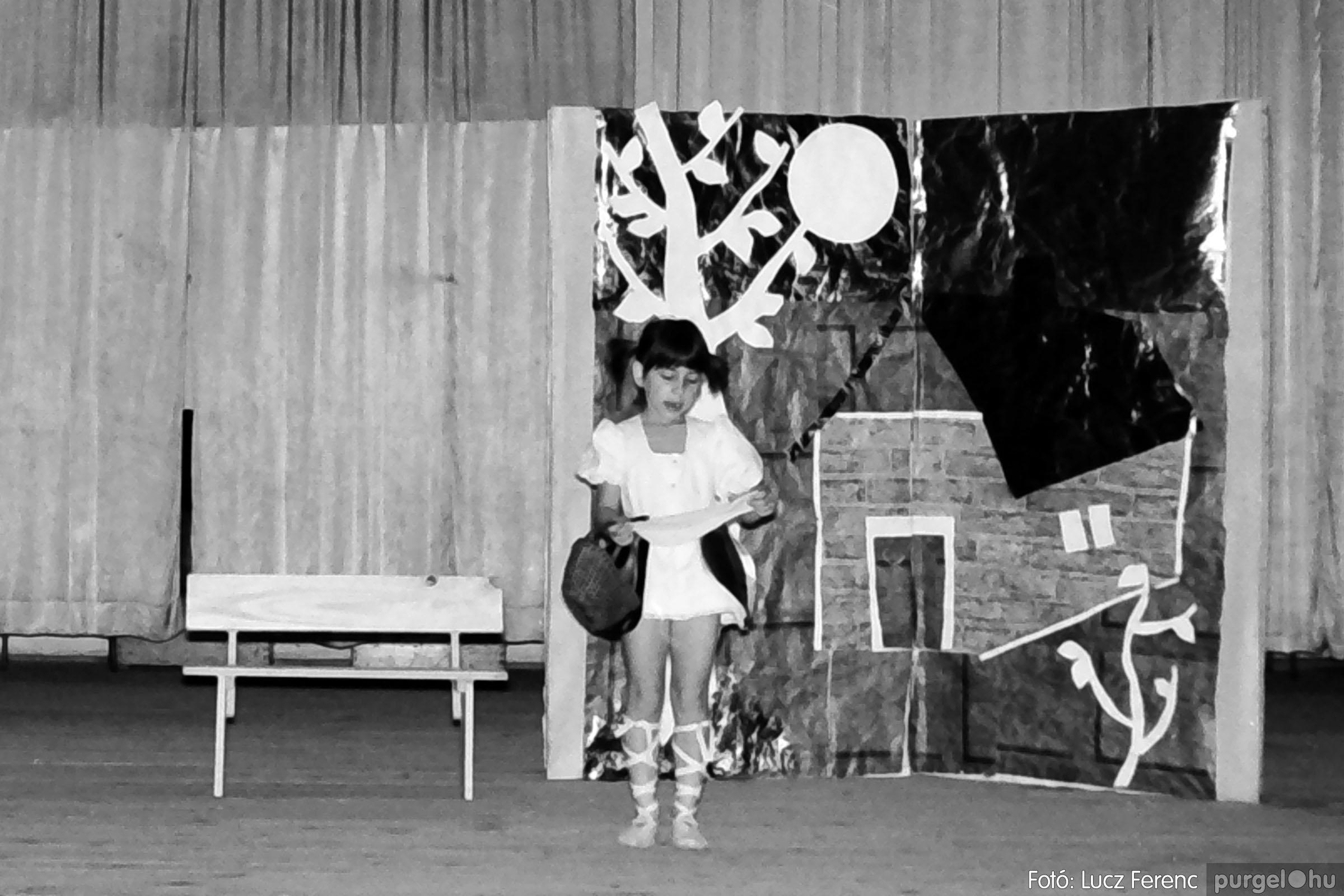 036-037. 1976. Diákprogram a kultúrházban 008 - Fotó: Lucz Ferenc.jpg