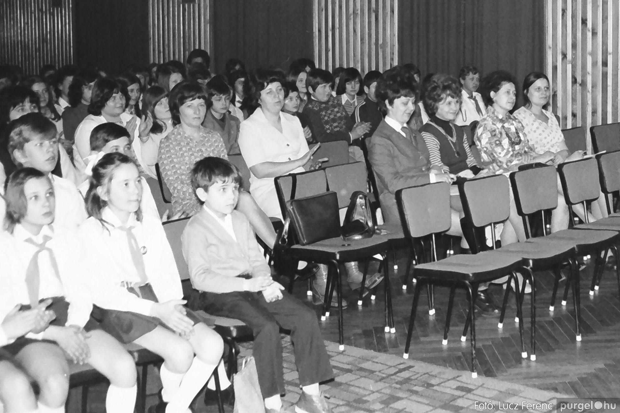 036-037. 1976. Diákprogram a kultúrházban 006 - Fotó: Lucz Ferenc.jpg