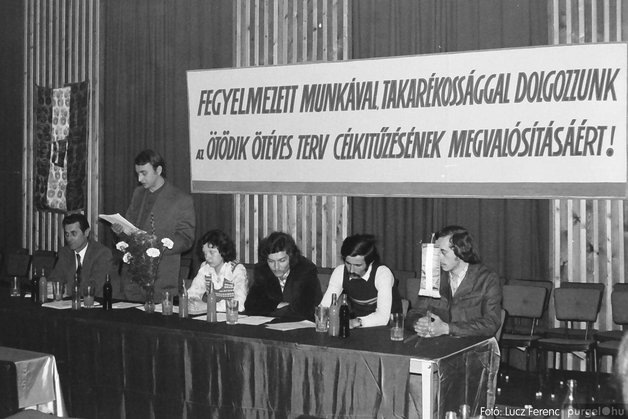 037. 1976. Az ötödik ötéves tervért... 006 - Fotó: Lucz Ferenc.jpg
