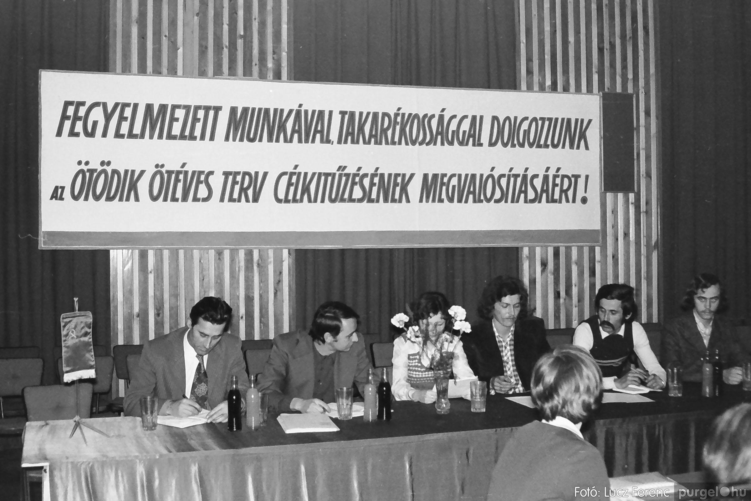 037. 1976. Az ötödik ötéves tervért... 001 - Fotó: Lucz Ferenc.jpg