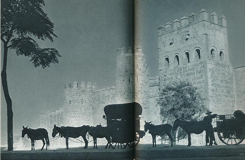 """Carros con burros frente a las Torres de la Reina. Fotografía de Jean Dieuzaide, """"Yan"""""""