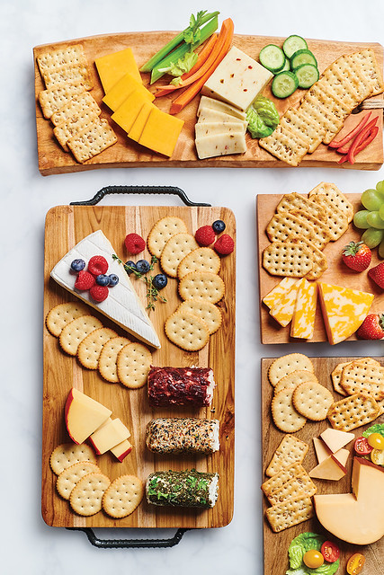05953_NABO_SNK_PKG_AMERICAN CLASSIC CRACKERS on Cheese Board with Fruit and Veg_RAW_001