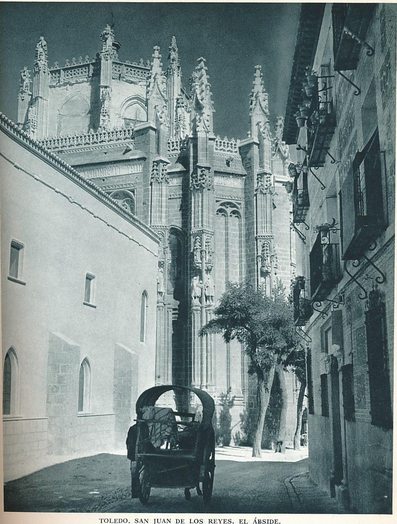 """Ábside de San Juan de los Reyes y carro en la calle Reyes Católicos en los años 50. Fotografía de Jean Dieuzaide, """"Yan"""""""