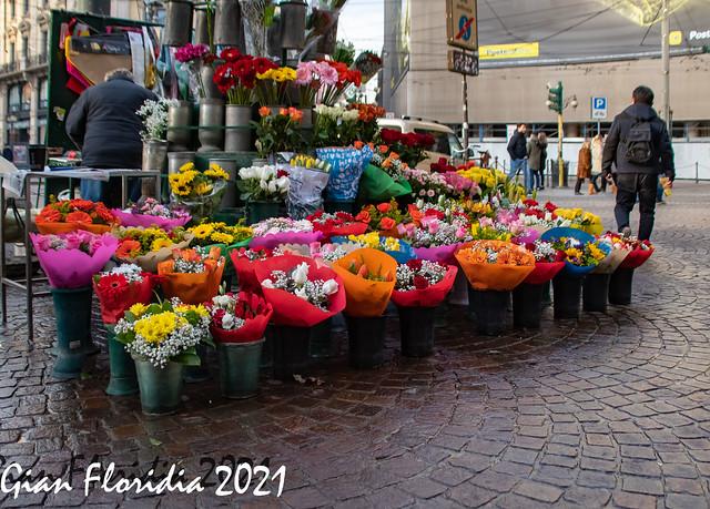 Milano, Piazza Cordusio , quando c'era il fioraio...