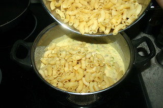 34 - Put noodles in sauce / Nudeln in Sauce geben