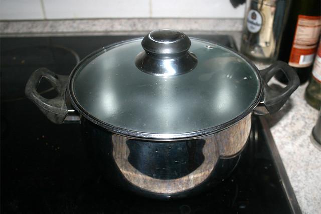 03 - Bring water in pot to a boil / Topf mit Wasser aufsetzen