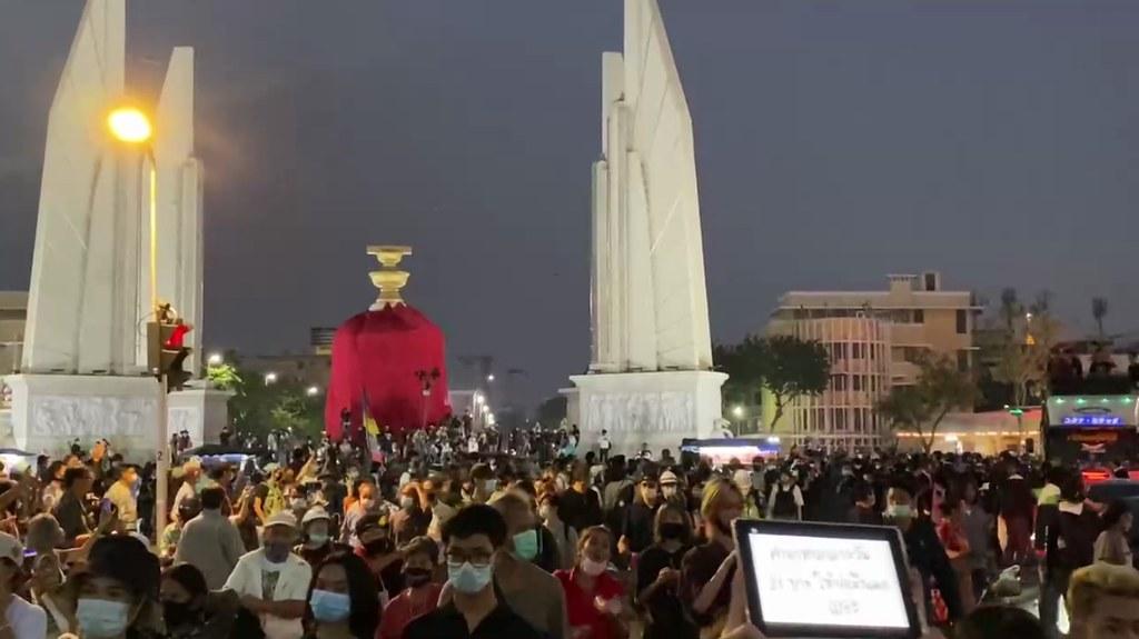 เวลา 18.40 ที่อนุสาวรีย์ประชาธิปไตย ในกิจกรรม #นับหนึ่งให้ถึงล้าน ผู้ชุมนุมเคลื่อนขบวนมุ่งหน้าศาลหลักเมือง