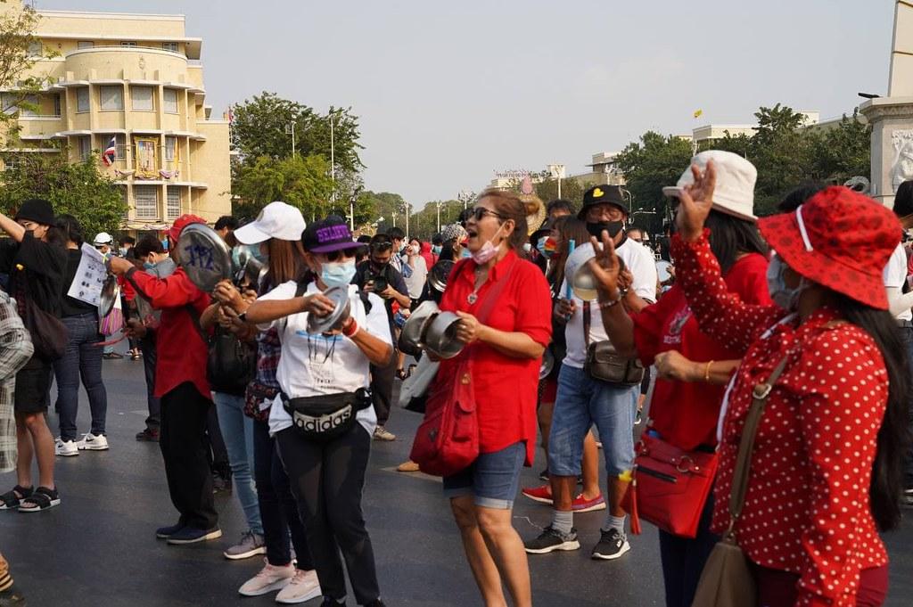 เวลา 16.00 น. ผู้ชุมนุมเดินทางมาที่อนุสาวรีย์ประชาธิปไตย บางส่วนเตรียมเครื่องครัวโลหะมาเคาะ และเขียนข้อความยกเลิก 112 ขณะที่ผู้จัดกิจกรรม เตรียมผ้าสีแดงผืนใหญ่มาให้ประชาเขียนข้อความ และจะนำขึ้นห่มอนุสาวรีย์ประชาธิปไตย