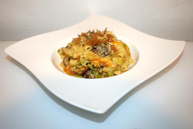 44 - Mac & Cheese with leek, mushrooms & bacon - Seitenansicht / Mac & Cheese mit Lauch, Champignons & Speck - Seitenansicht