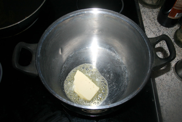 17 - Let butter melt in pot / Butter in Topf schmelzen
