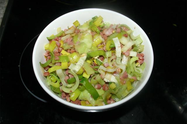 11 - Put leek & bacon aside / Lauch & Speck bei Seite stellen