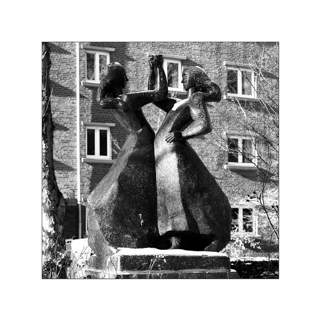 Irwahn: Zwei tanzende Frauen