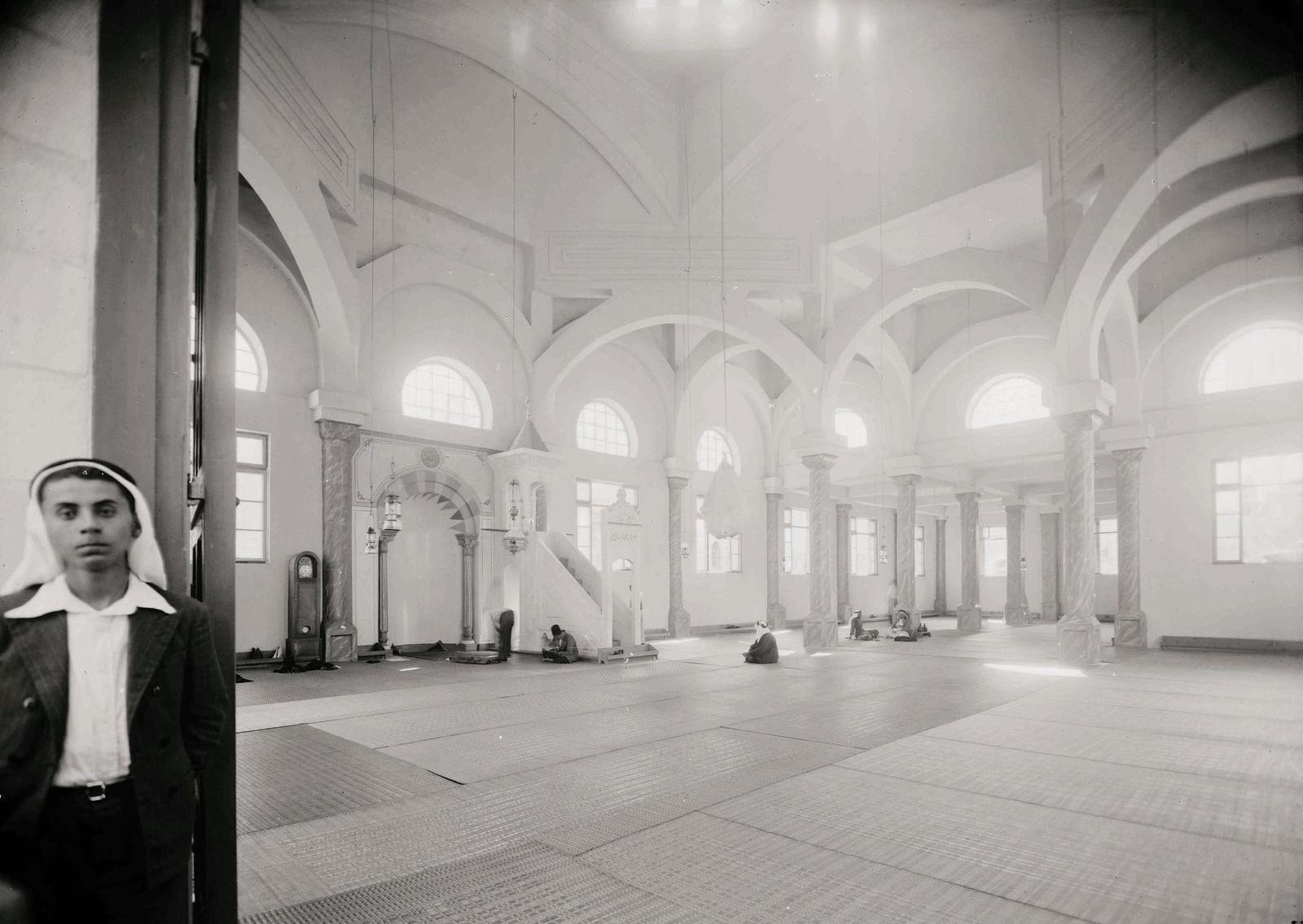 18. 1940. Шхем. Новая мечеть. Интерьер от главного входа
