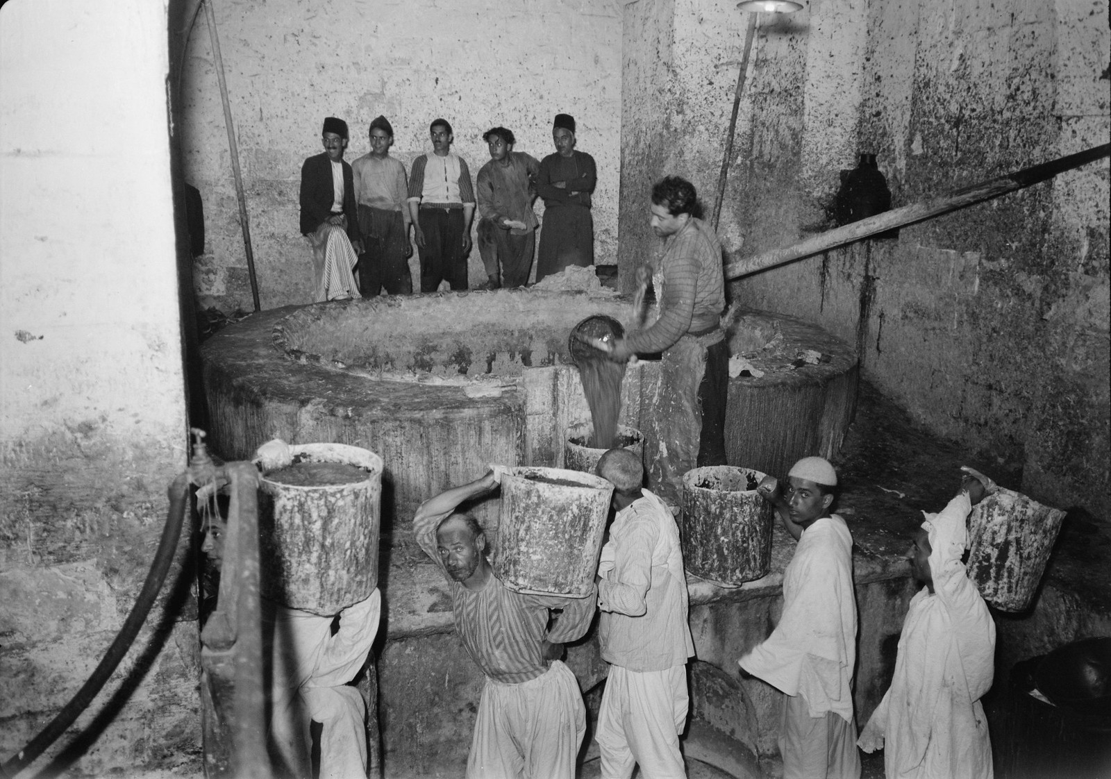 02. 1940. Шхем. Мыловарня. Жидкое мыло переносят на склад