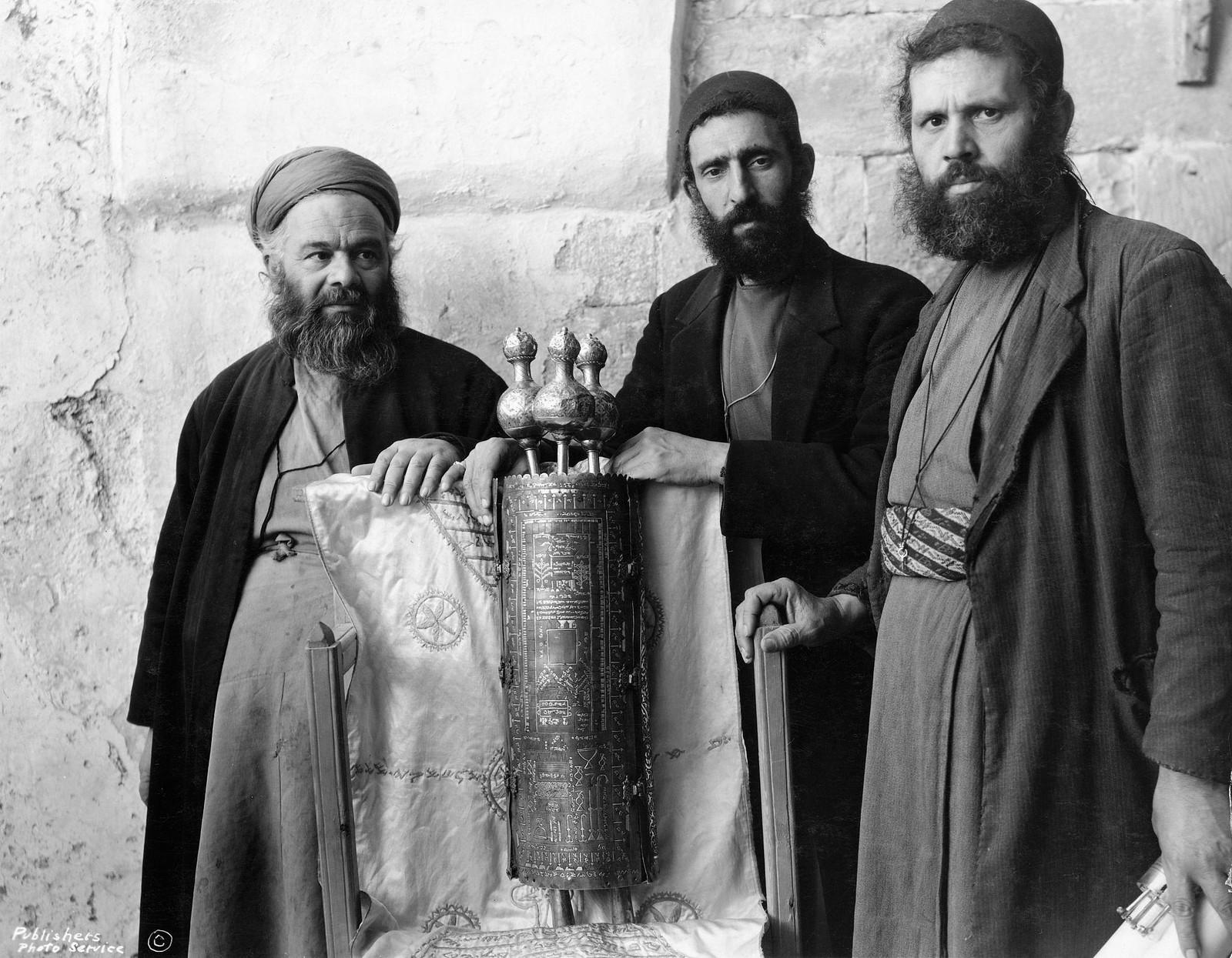 23. 1940. Шхем. Священный свиток самаритян с закрытым серебряным футляром.