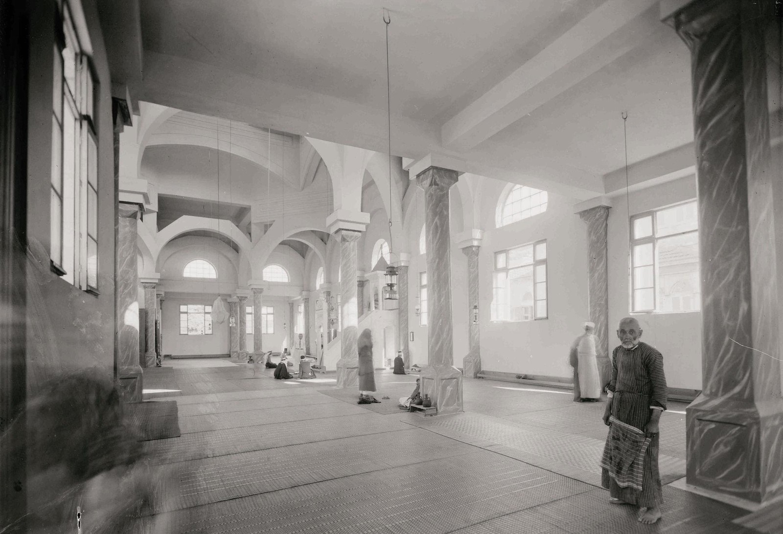 20. 1940. Шхем. Новая мечеть. Интерьер от северного входа.