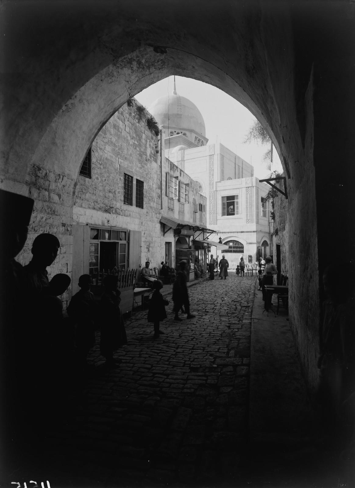 17. 1940. Шхем. Улица в старом городе и вид новой мечети
