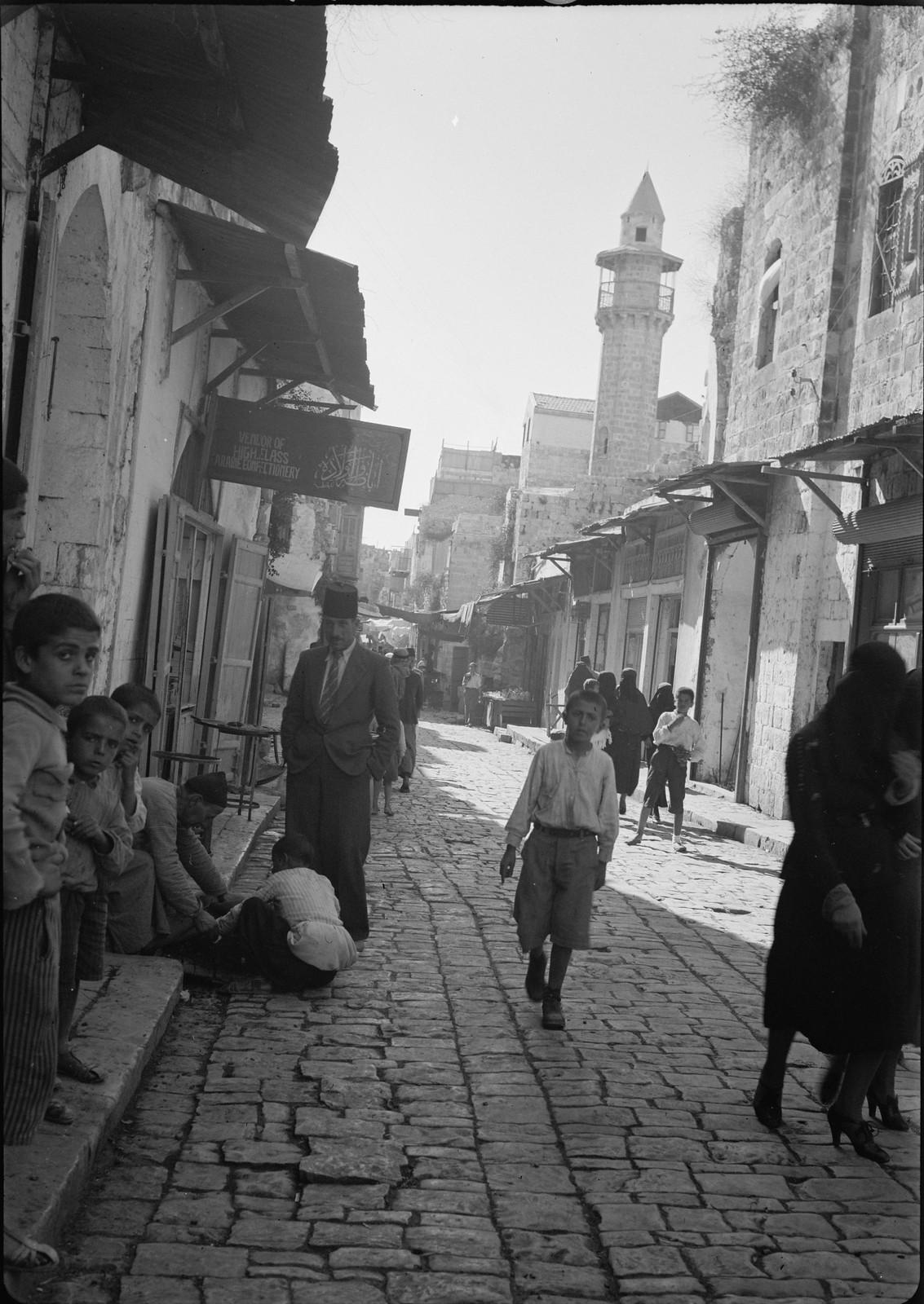 14. 1940. Шхем. Улица в старом городе и вид новой мечети