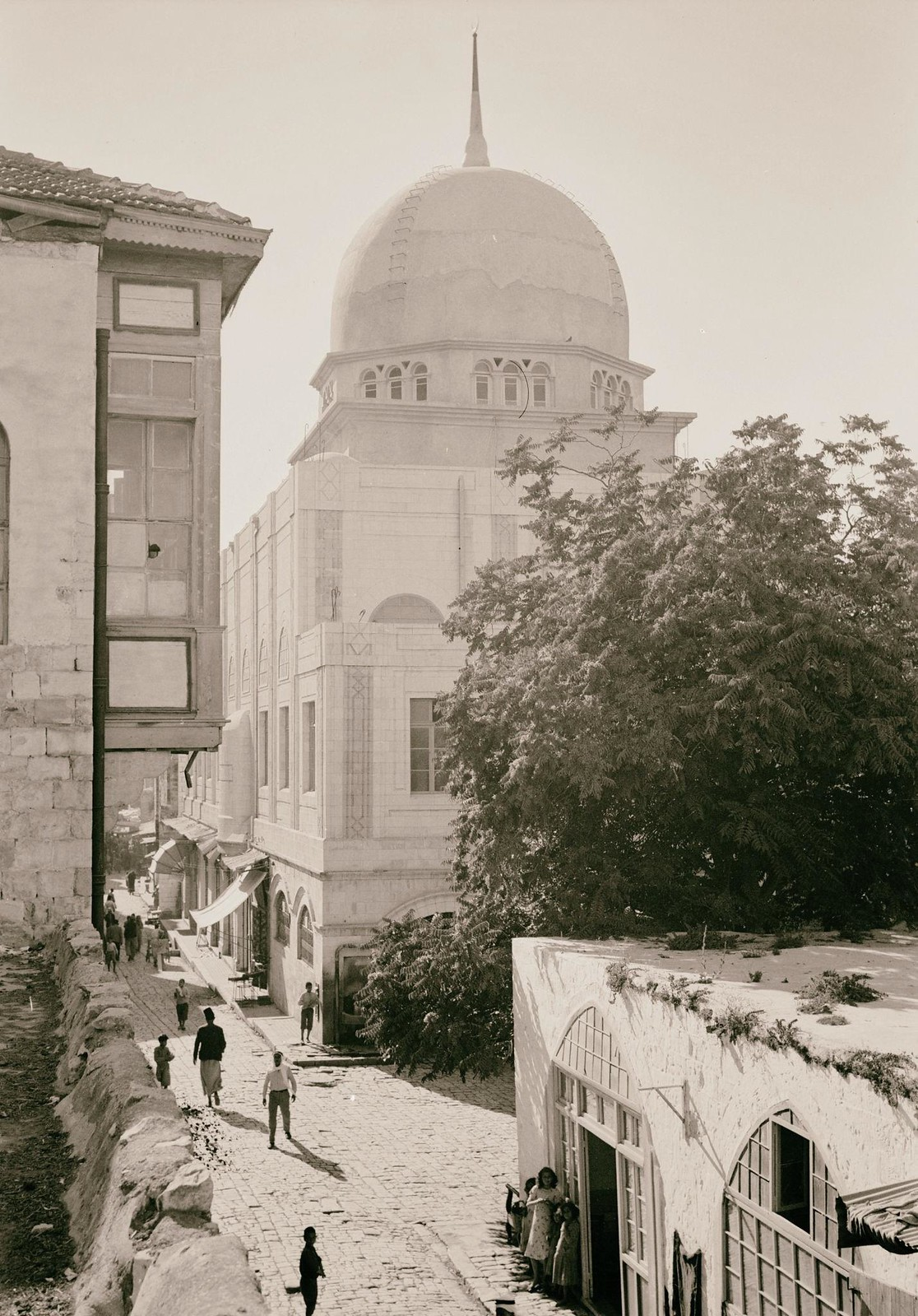 16. 1940. Шхем. Улица в старом городе и вид новой мечети