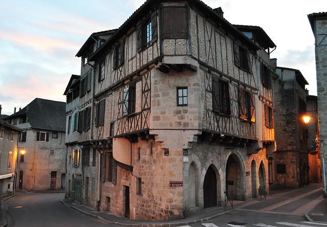 Tombée du soir à l'angle de la rue du Canal et de la rue Emile Zola, Figeac, Quercy, Lot, Occitanie, France.