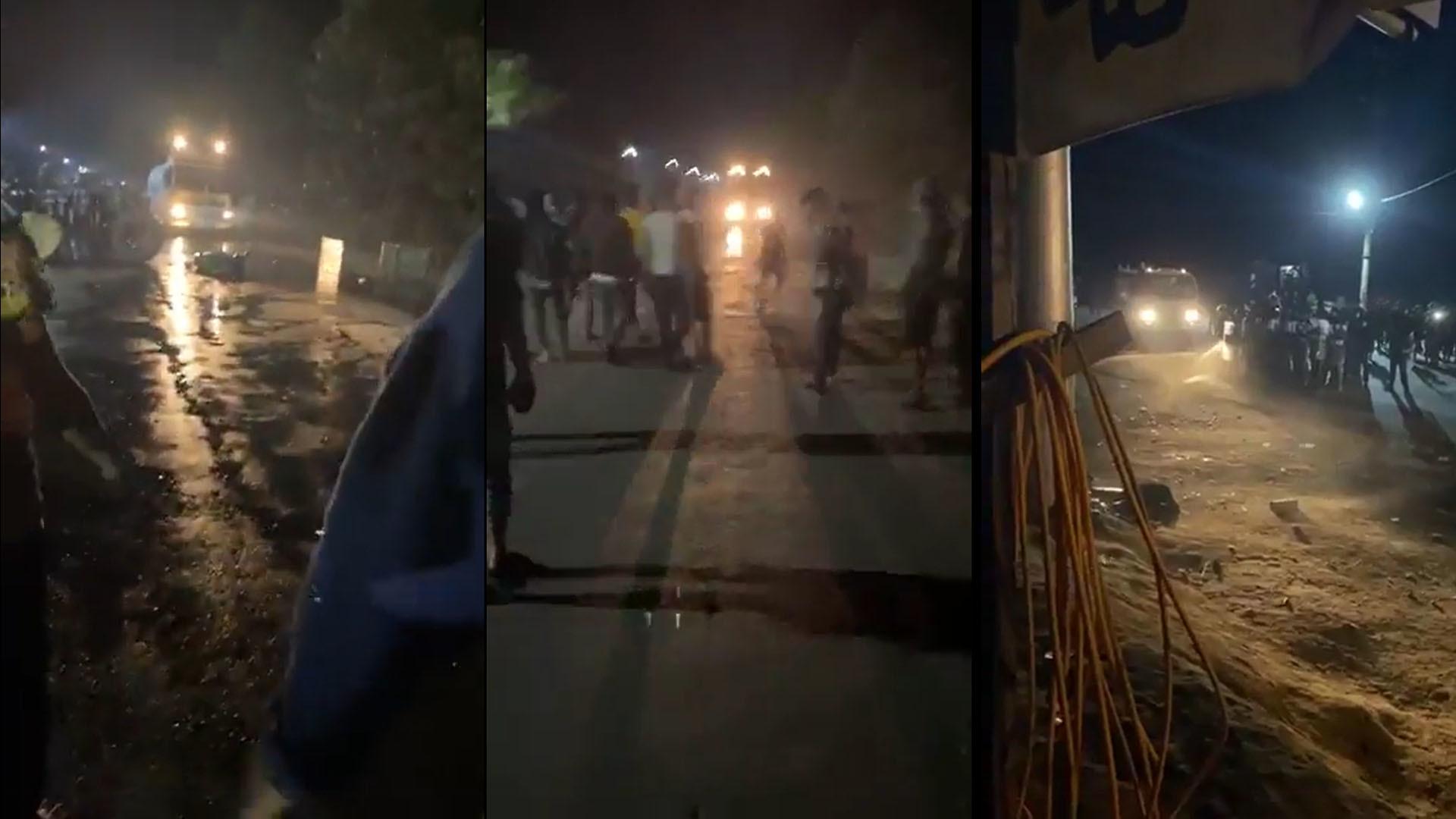 ผู้ชุมนุมประท้วงเจ้าหน้าที่ทหารและตำรวจพม่าเคลื่อนกำลังเข้าโรงไฟฟ้าเมืองมิตจีนา เมืองหลวงรัฐกะฉิ่น เมื่อคืนวันที่ 14 ก.พ. 64(ที่มา: Facebook/มวยโหดมัน)