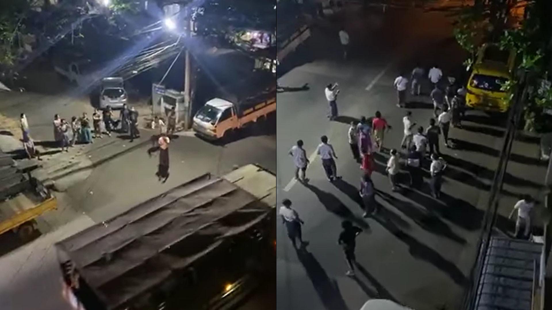 ชาวเมืองในนครย่างกุ้งออกมาตีหม้อเคาะกระทะหลังยานยนต์กองทัพพม่าเคลื่อนผ่าน เมื่อคืนวันที่ 14 ก.พ. 64(ที่มา: Khit Thit Media)