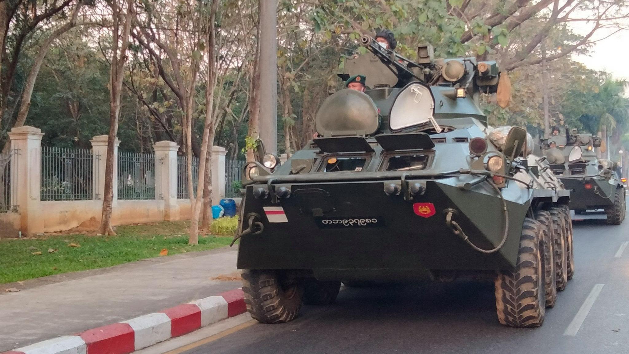 รถหุ้มเกราะกองทัพพม่าเคลื่อนกำลังเข้านครย่างกุ้ง เมื่อวันที่ 14 ก.พ. 64 (ที่มา: DVB)