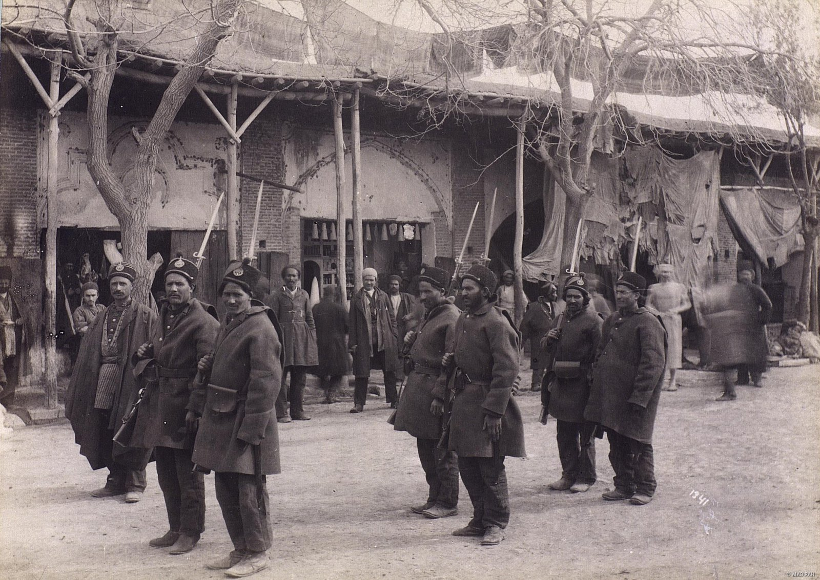 Пехота в строю, на правом фланге - офицер