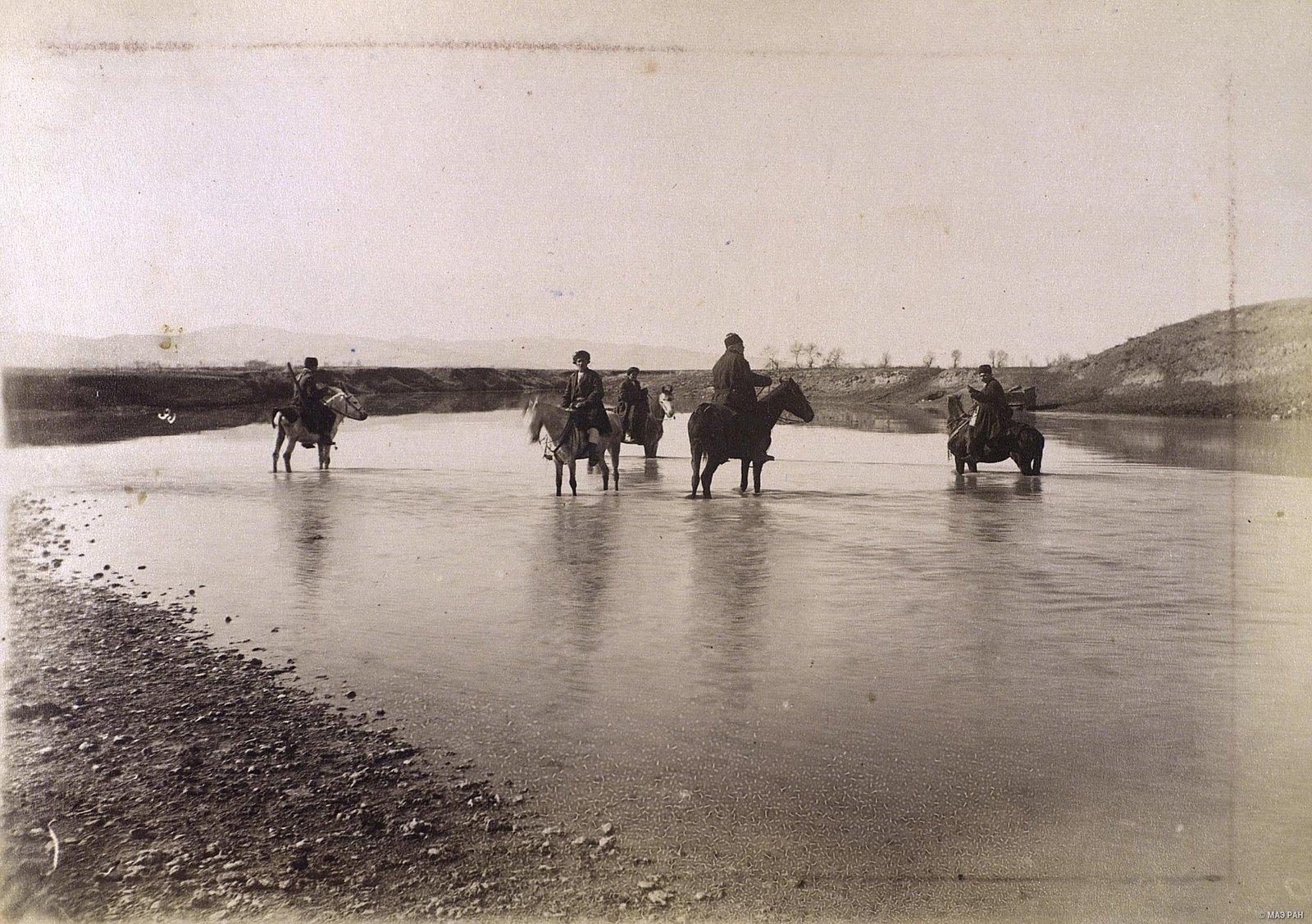 Переправа всадников через реку