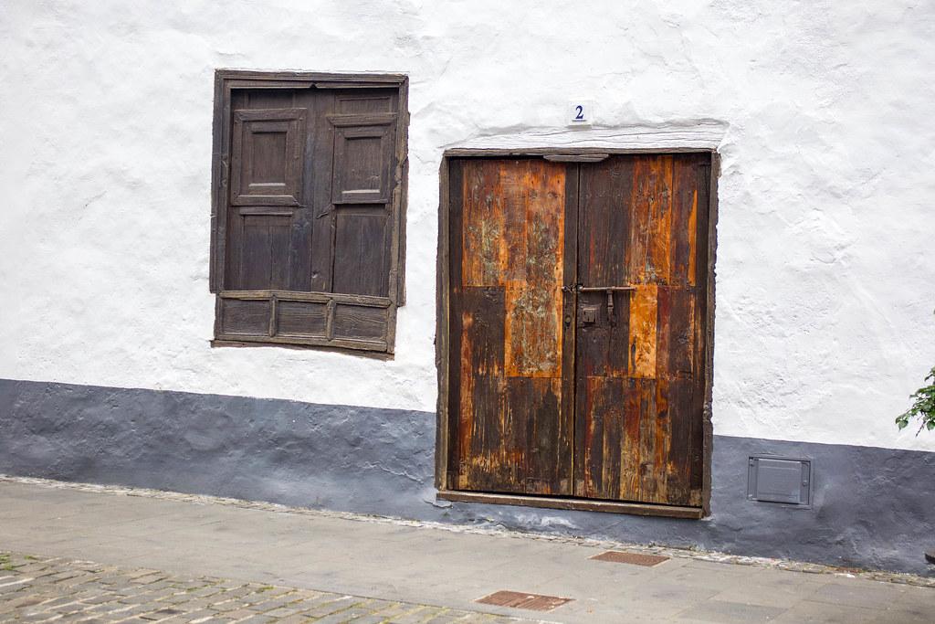 Curiosa puerta y ventana en Buenavista