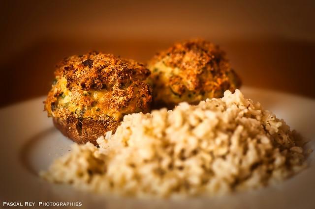 Champignons farcis ( saumon, oeuf, persil, ail & chapelure) accompagné de son riz complet saupoudré d'épices Thaï.