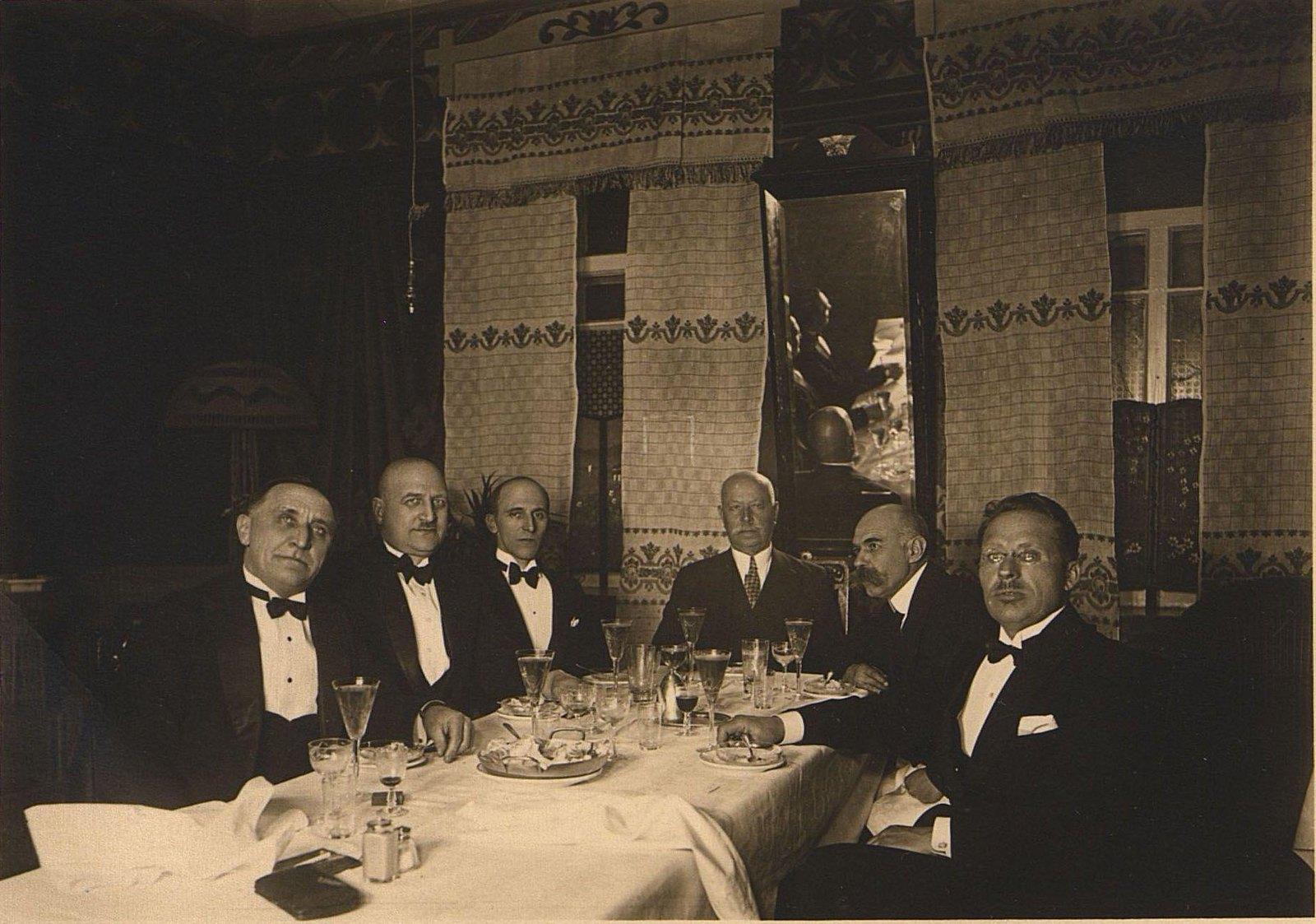 1933. Пётр Каспарович Межак (3-й справа). Харбин